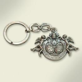 Llavero en metal plateado con escudo de la Hermandad. 5C9,2 cm.